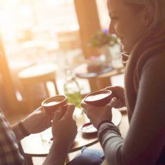 """心あたたまる笑顔のカフェタイム。<br/>見て伝わる""""ぬくもり""""のクラフトマグ"""